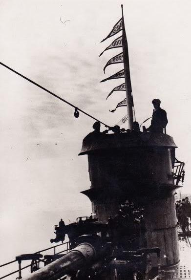 Возвращение подлодки «U-124» в Лорьян с вымпелами на рубке, где указан тоннаж потопленных кораблей. 10 апреля 1942 г.