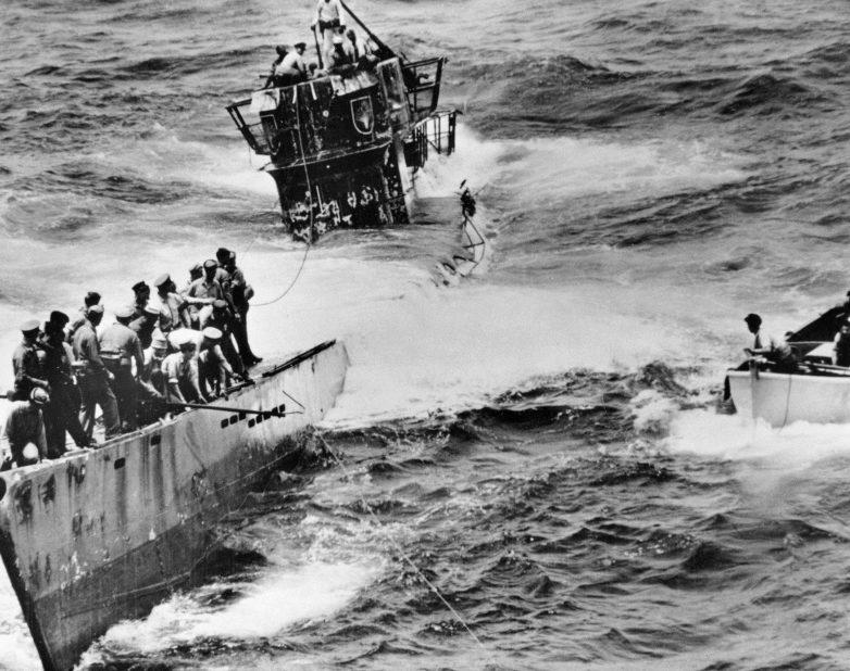Захваченная американцами подлодка «U-505» с поднятым над ней флагом США. Июнь 1944 г.