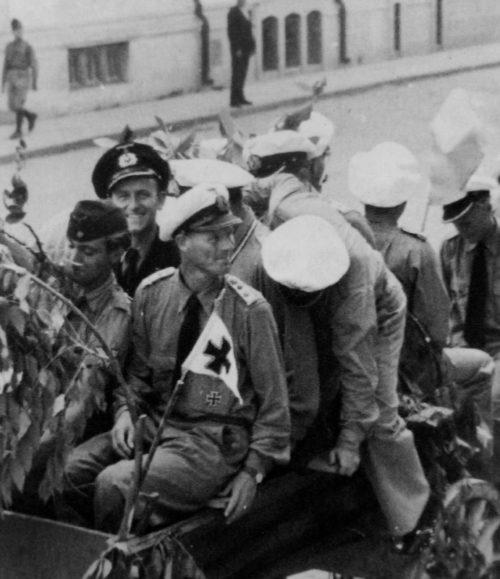 Командир 30-ой флотилии подлодок капитан-лейтенант Клеменс Шелер на вокзале в Констанце. Июль 1944 г.