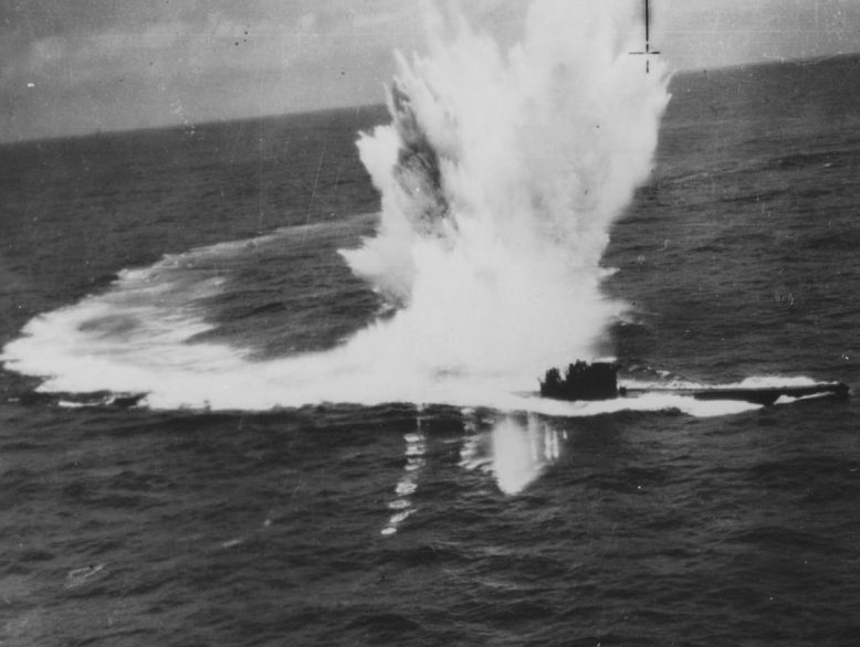 Подлодка «U-243», атакуемая бомбардировщиком «Сазерленд» 10-й австралийской эскадрильи в Бискайском заливе. Июль 1944 г.