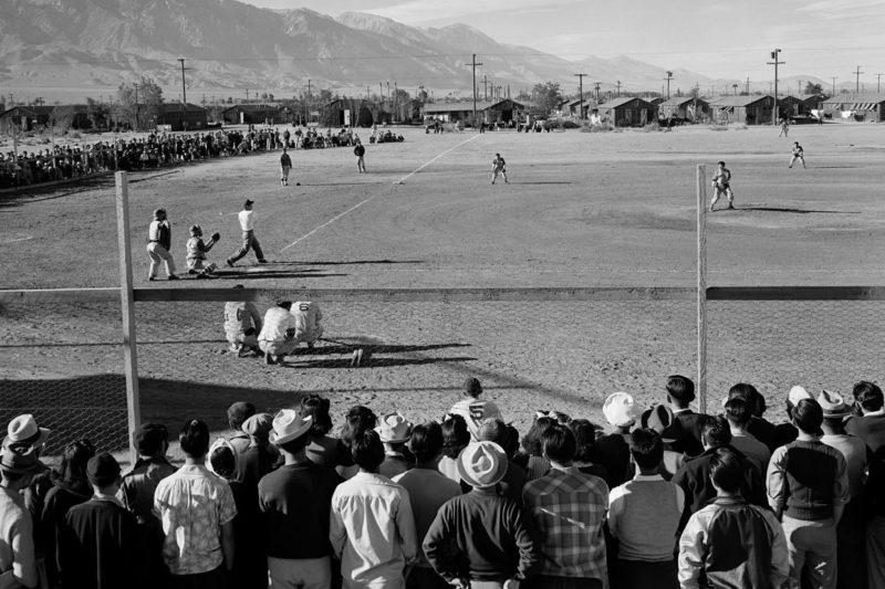 Игра в бейсбол в лагере « Мансанар». Январь 1943 г.