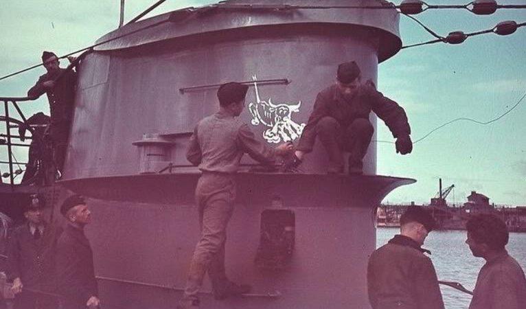 Матросы подлодки «U-46» наносят эмблему флотилии на рубку. Май 1942 г.