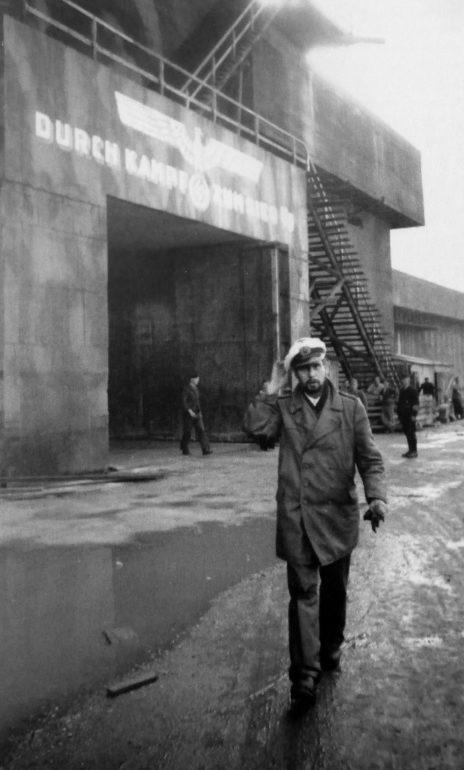 Командир подлодки «U-438» капитан-лейтенант Рудольф Франциус у бункера подводных лодок во французском Бресте. 1944 г.