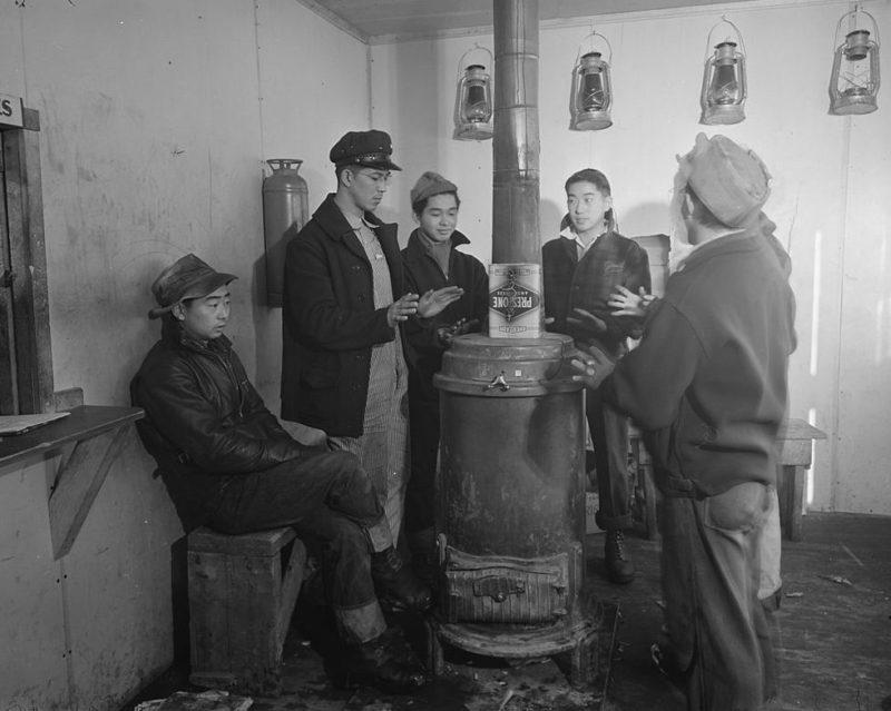 Обогрев в бараке. Лагерь «Tule Lake» (Калифорния). Январь 1943 г.