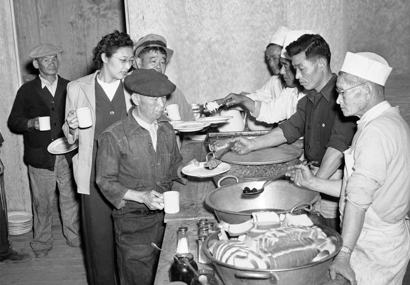 Столовая лагеря «Манзанар». В меню рис, бобы, чернослив и хлеб. Февраль 1943 г.