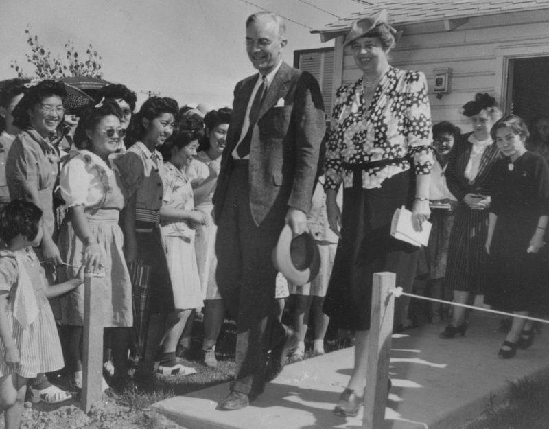 Постановочное фото. Вершина цинизма. Элеонора Рузвельт в лагере «Gila River» (Аризона) интересуется, чем «еще помочь осчастливленным» заключенным. 23 апреля 1943 г.