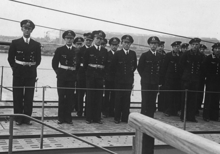 Экипаж подлодки «U-182» на палубе во время построения. Июнь 1942 г.