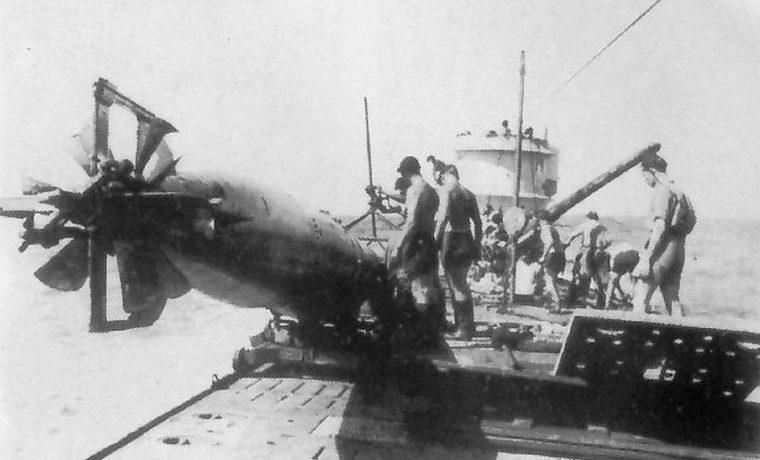 Погрузка торпеды на подлодку «U-172». Июнь 1942 г.