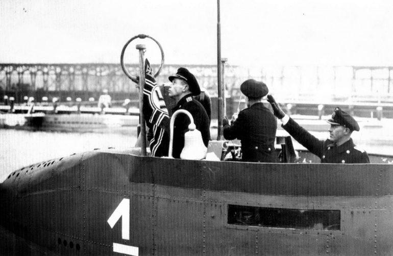 Поднятие флага на борту малой прибрежной подлодки «U-4701». 10 января 1945 г.