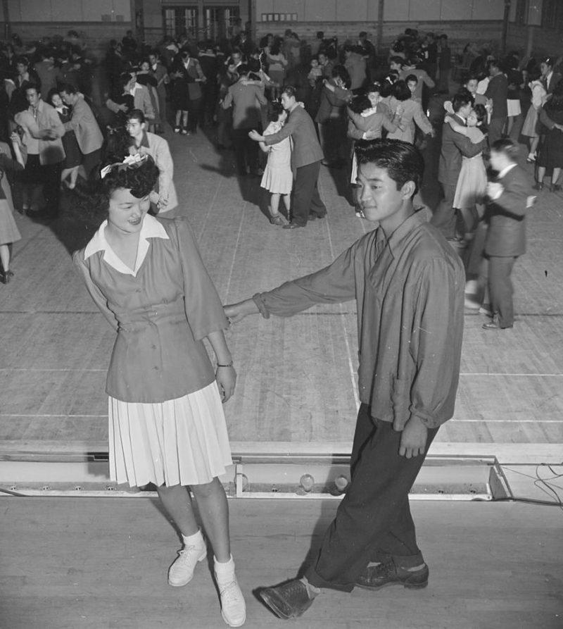 Постановочное фото. Уроки танцев в лагере «Heart Mountain» (Вайоминг). Ноябрь 1943 г.