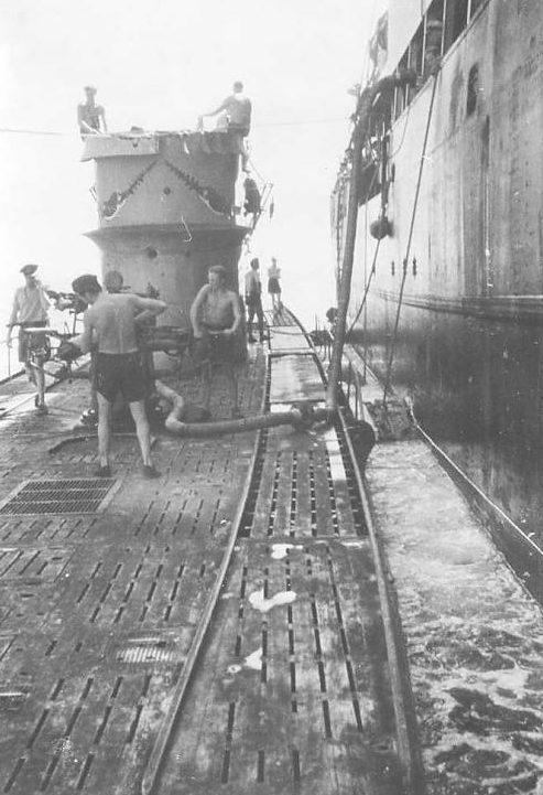 Дозаправка и пополнение боезапаса подлодки «U-106» в море. Июнь 1942 г.