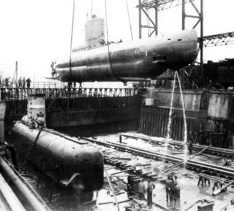 Погрузка подлодки «U-2330» в сухой док в порту Гамбурга. Март 1945 г.