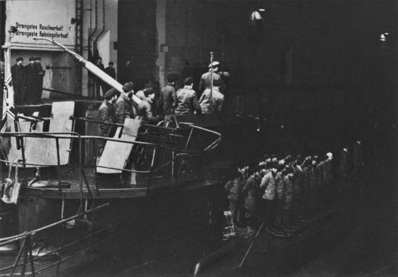 Подлодка «U-1019» заходит в бетонный бункер. Апрель 1945 г.