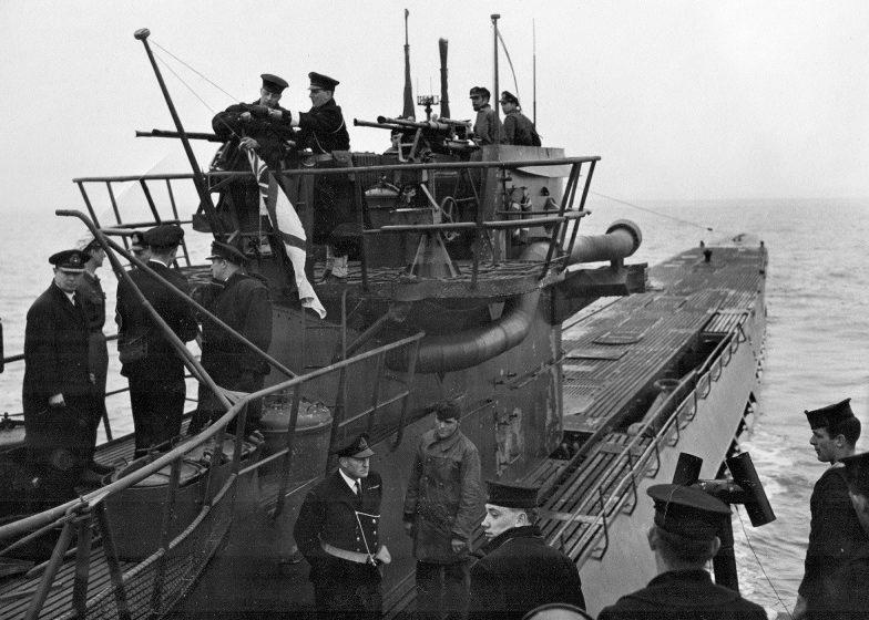 Канадские моряки поднимают флаг канадских ВМС над рубкой капитулировавшей подлодки «U-889». 10 мая 1945 г.
