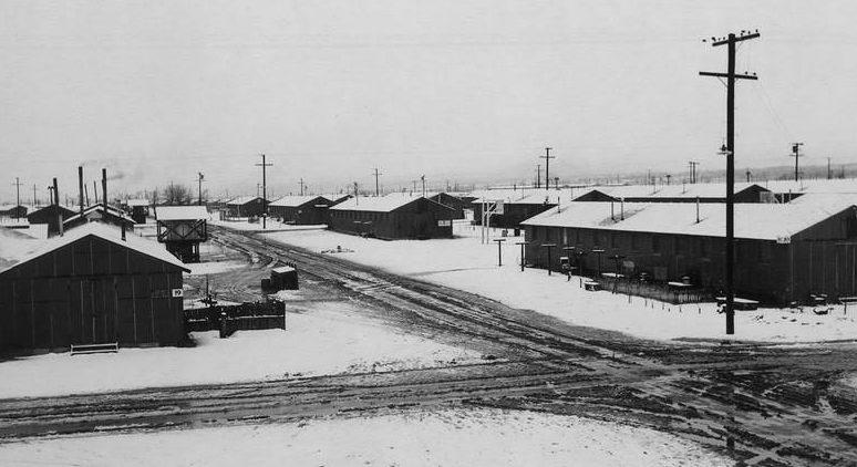 Вид на лагерь «Манзанар» зимой. 1943 г.