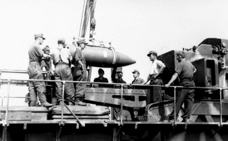 Расчет немецкой 600-мм самоходной мортиры ведет огонь по городу. Август-сентябрь 1944 г.