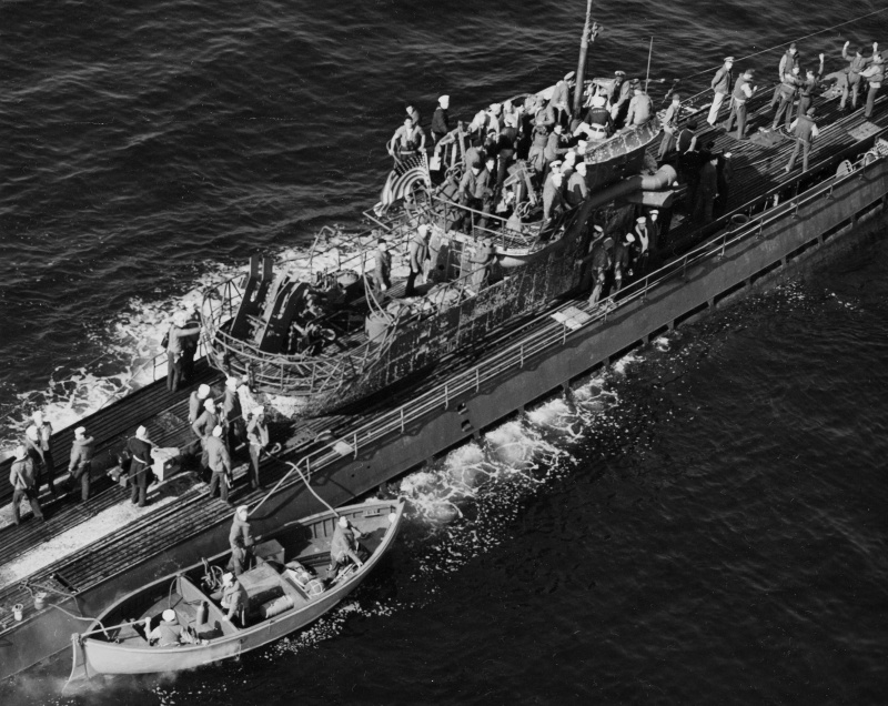 Американские моряки на борту капитулировавшей подлодки «U-858». 10 мая 1945 г.