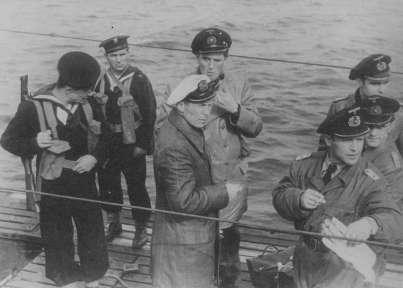 Офицеры с капитулировавшей подлодки «U-249» под конвоем в гавани порта Портланд. 11 мая 1945 г.