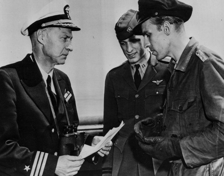 Коммандер ВМС США Д. П. Норфлит принимает документы о капитуляции у командира подлодки «U-858» капитана-лейтенанта Тило Боде. 14 мая 1945 года.