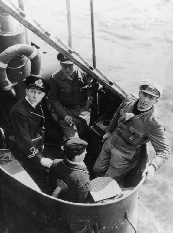Командир капитулировавшей подлодки «U-2326» обер-лейтенант Карл Йобст и офицеры британского ВМФ в порту Данди. 14 мая 1945 г.