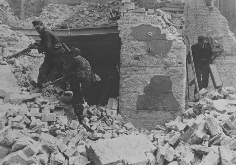 Немецкие солдаты в уличных боях. Август-сентябрь 1944 г.