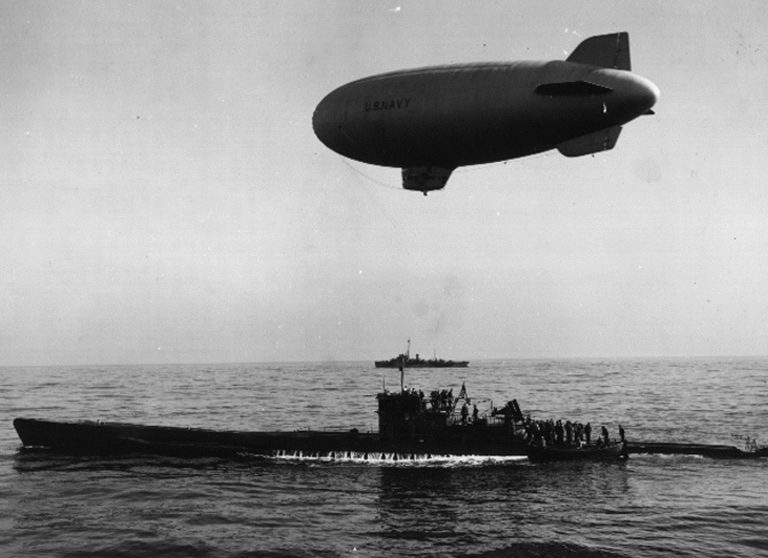 Капитулировавшая подлодка «U-858» идет в море в окрестностях мыса Мэй в сопровождении дирижабля и американского эсминца «Поуп». 14 мая 1945 г.