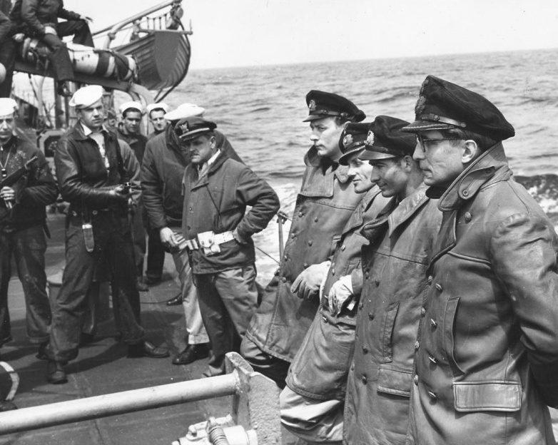 Пленные немецкие подводники с «U-805» на борту американского эсминца «Вэриен». 15 мая 1945 г.