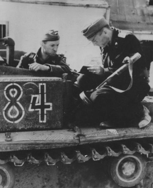 Немецкие танкисты на улицах города. Август-октябрь 1944 г.