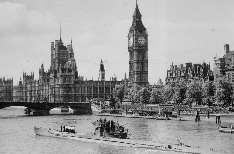 Капитулировавшая подлодка «U-776» на Темзе у Вестминстерского дворца. Лондон. Май 1945 г.
