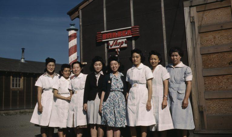 Постановочное фото счастливых японок. Лагерь «Тьюл Лэйк» (Калифорния). 1943 г.