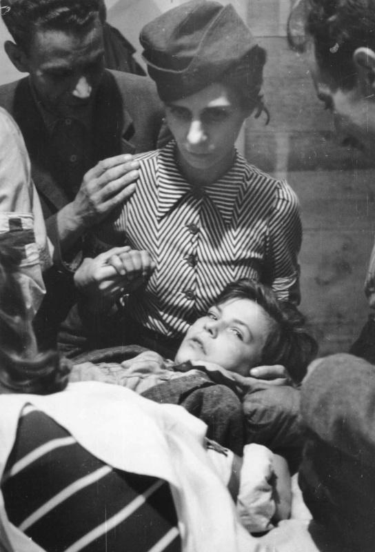 Раненный ребенок в госпитале. Август-сентябрь 1944 г.