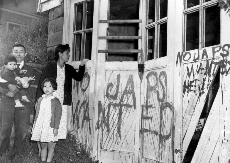 Японская семья возвратилась домой из лагеря. В их доме выбиты стекла, стены исписаны текстами антияпонского содержания: «Япошки здесь не нужны». Май 1945 г.