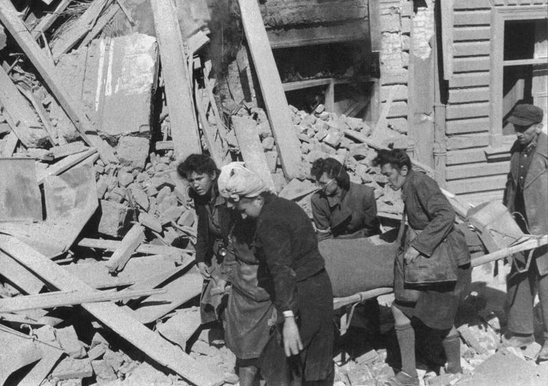 Польские санитары выносят раненных. Август-сентябрь 1944 г.