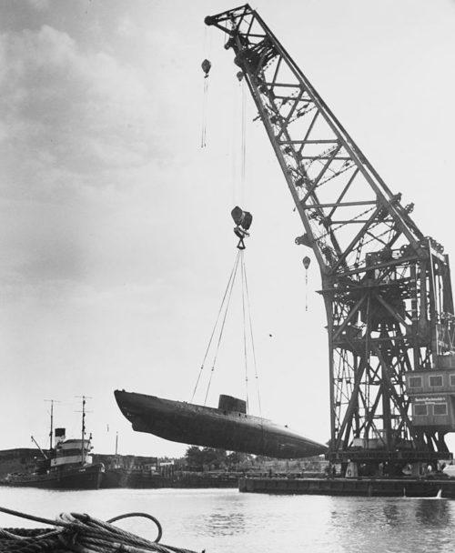 Подлодка «U-1406» поднимается с воды плавающим краном в Бремерхафене. Август 1945 г.