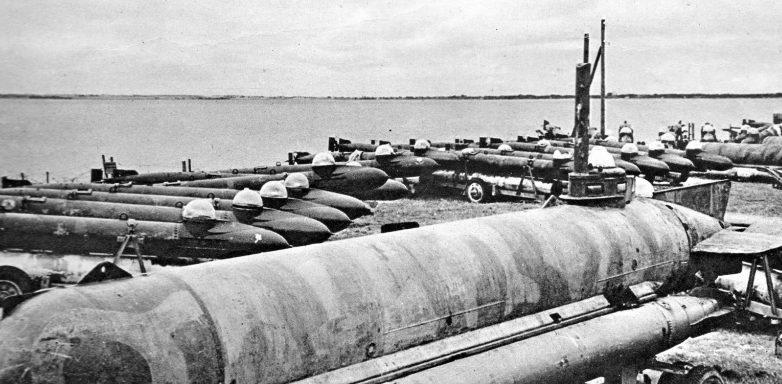 Сверхмалая подлодка «Molch» и пилотируемые торпеды «Marder» захваченные британцами на побережье Франции. 1945 г.