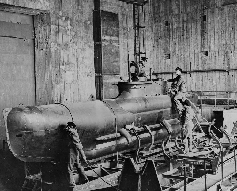 Британцы осматривают захваченную сверхмалую подлодку «Seehund». 1945 г.