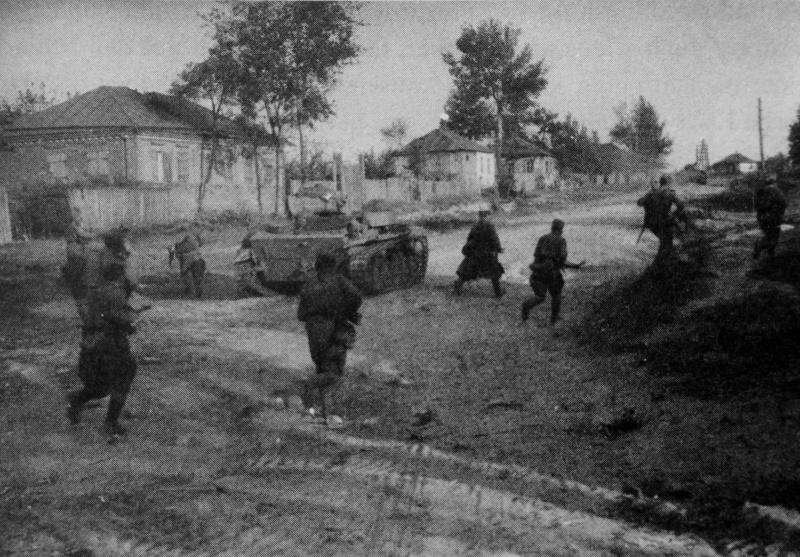 Красноармейцы в пригороде Харькова. Август 1943 г.
