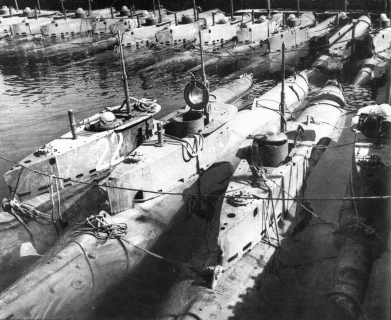 Сверхмалые немецкие подлодки «Seehund», захваченный на одной из баз. 1945 г.