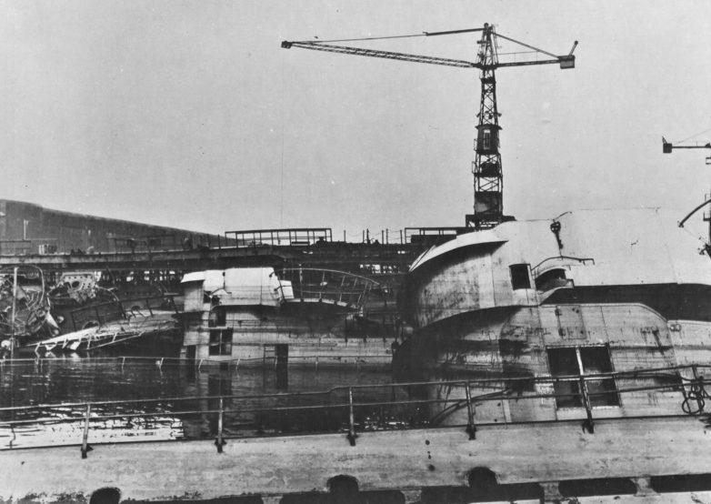 Недостроенные подлодки «U-1237» и «U-1238» потопленные в ходе бомбардировок союзниками доков верфи «Дойче Верфт» в Гамбурге. 1945 г.