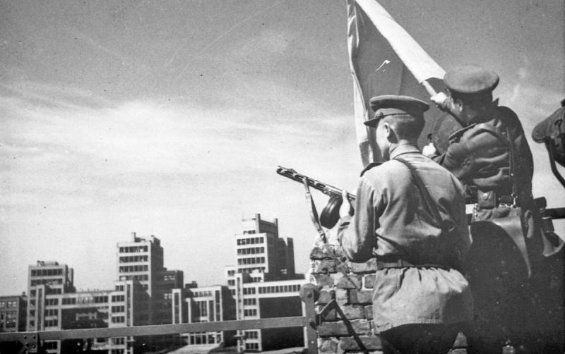 Советские офицеры со знаменем на площади Дзержинского в освобожденном городе. Август 1943 г.