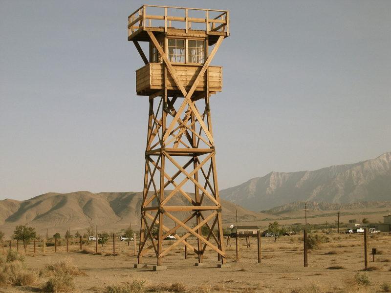 Реплика сторожевой башни в Мансанаре, построенная в 2005 году. Вокруг периметра лагеря были установлены восемь сторожевых вышек, оснащенных прожекторами и пулеметами. Апрель 2007 г.