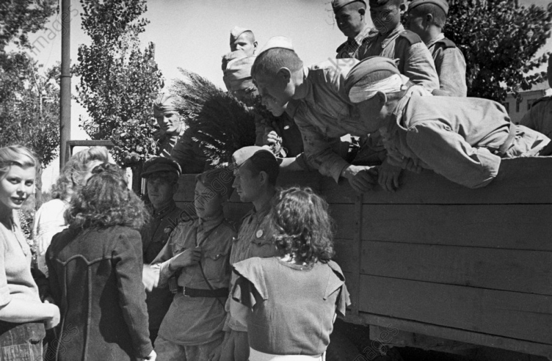 Харьковчане встречают освободителей. Август 1943 г.