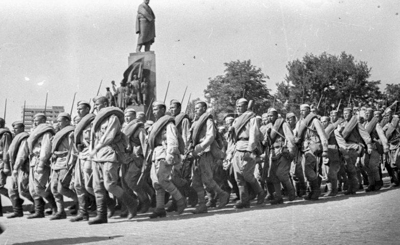 Красноармейцы у памятника Т.Шевченко. Август 1943 г.