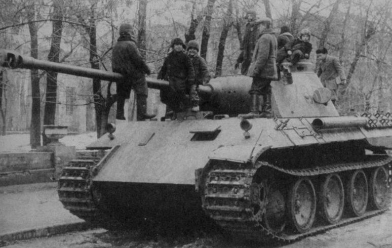 Дети, играющие на брошенном немецком танке «Пантера». Сентябрь 1943 г.