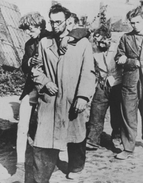 Раненные повстанцы во время капитуляции. Октябрь 1944 г.
