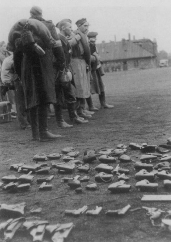 Сдача оружия повстанцами. Октябрь 1944 г.