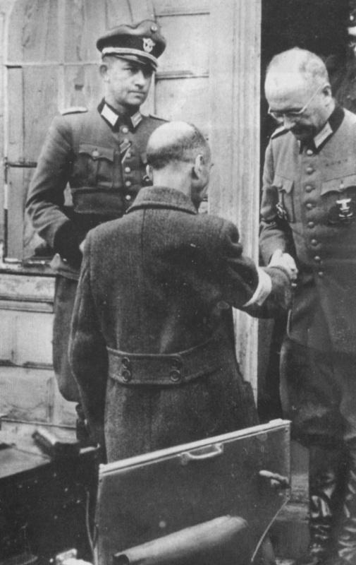 Польский генерал Тадеуш Коморовский пожимает руку немецкому офицеру после подписания капитуляции. 4 октября 1944 г.