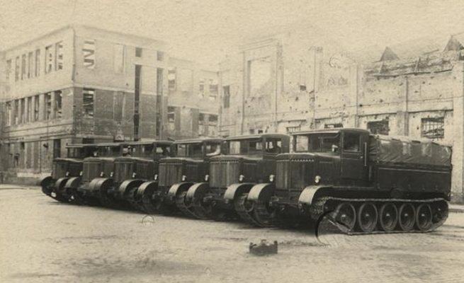 Первая опытная партия арттягачей на заводе им. Малышева. 1944 г.