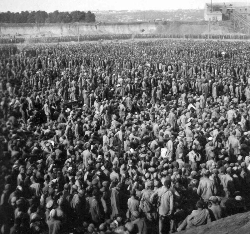 Концлагерь «Уманская яма». Август 1941г. Здесь временно содержалось не менее 50 тысяч красноармейцев не желающих воевать.