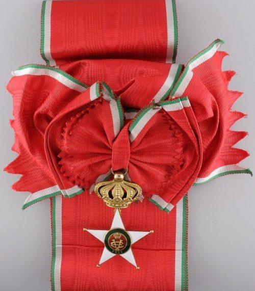 Знак Кавалера Большого креста Колониального ордена Звезды Италии на перевязи.